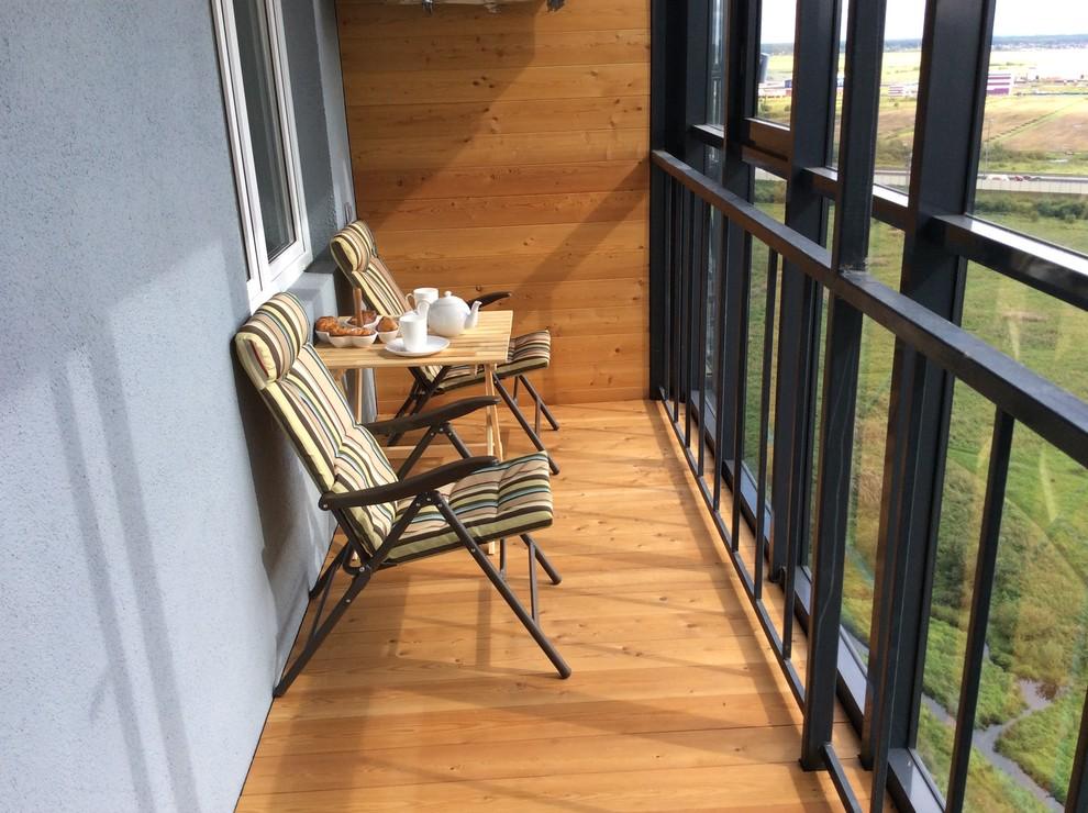 Натуральное дерево в отделке балкона сделает его интерьер более уютным