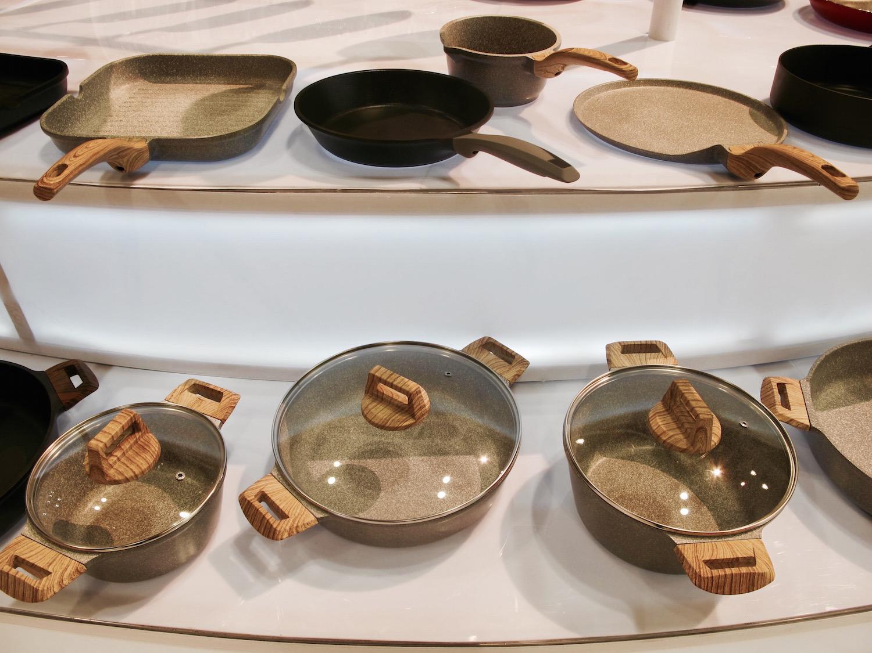 Стильный набор посуды с мраморным покрытием и деревянными ручками