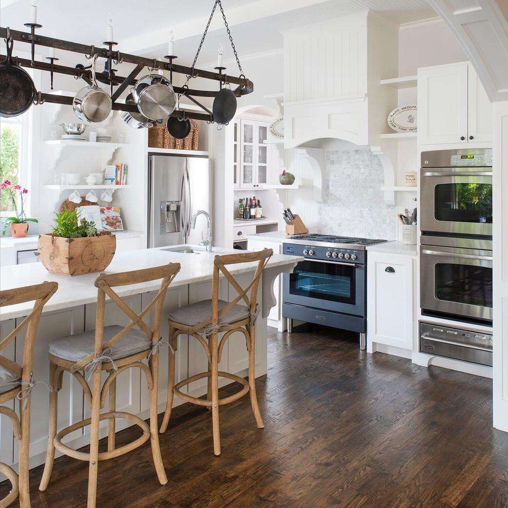 Мраморные сковородки в интерьере кухни в стиле прованс