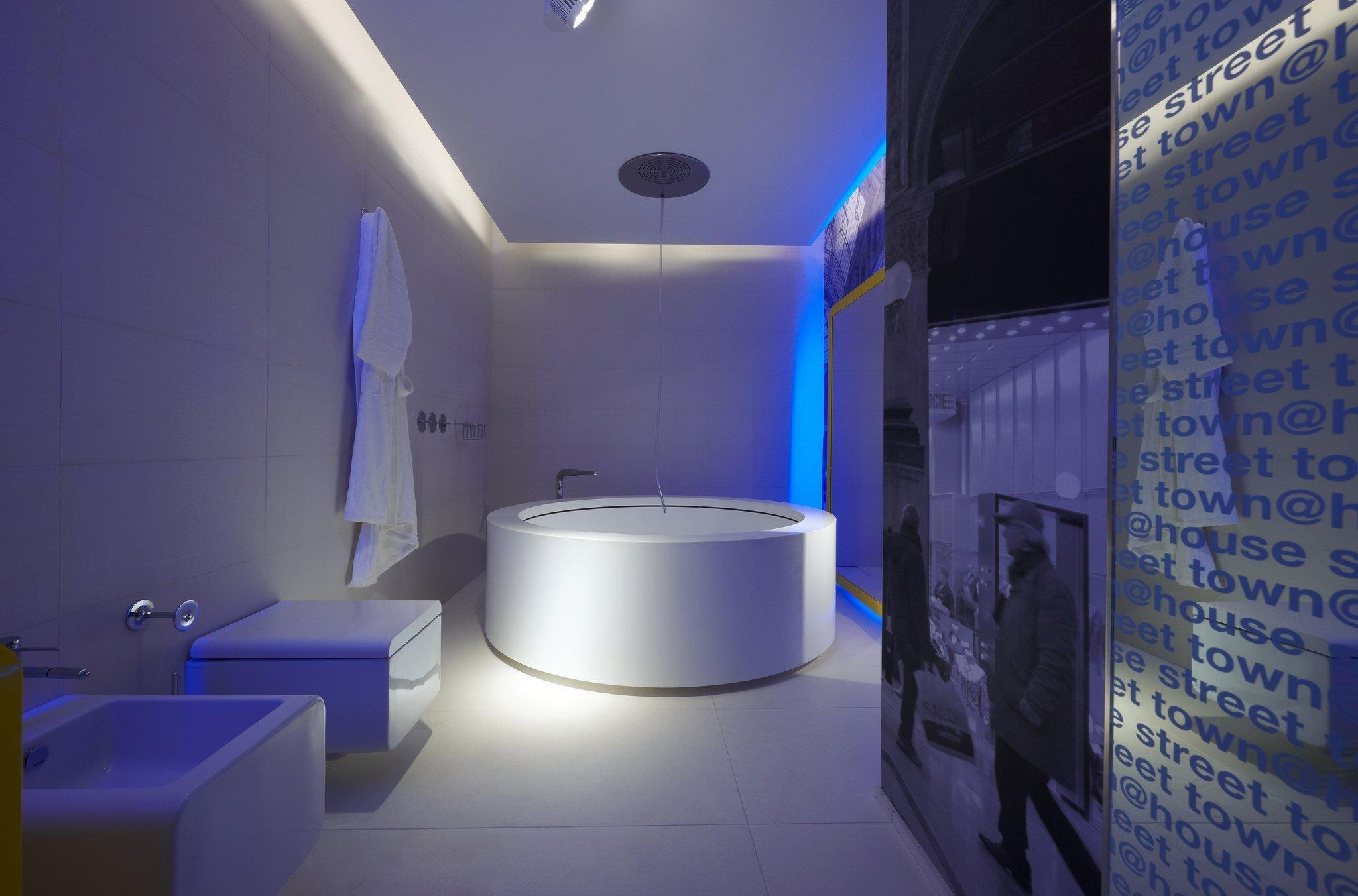 Стильная белая ванная комната с оригинальной круглой ванной