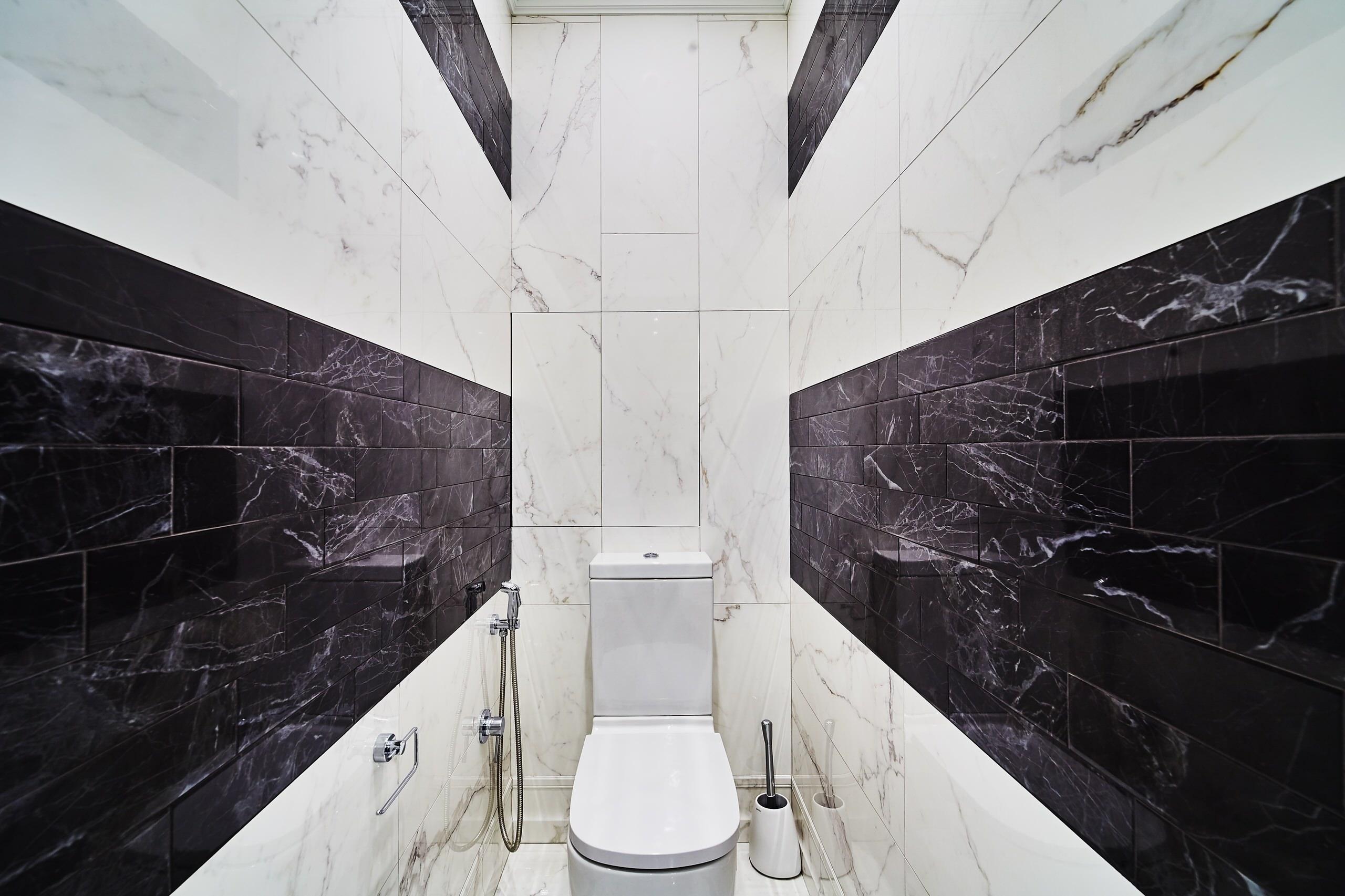 Черно-белый интерьер компактной гигиенической комнаты