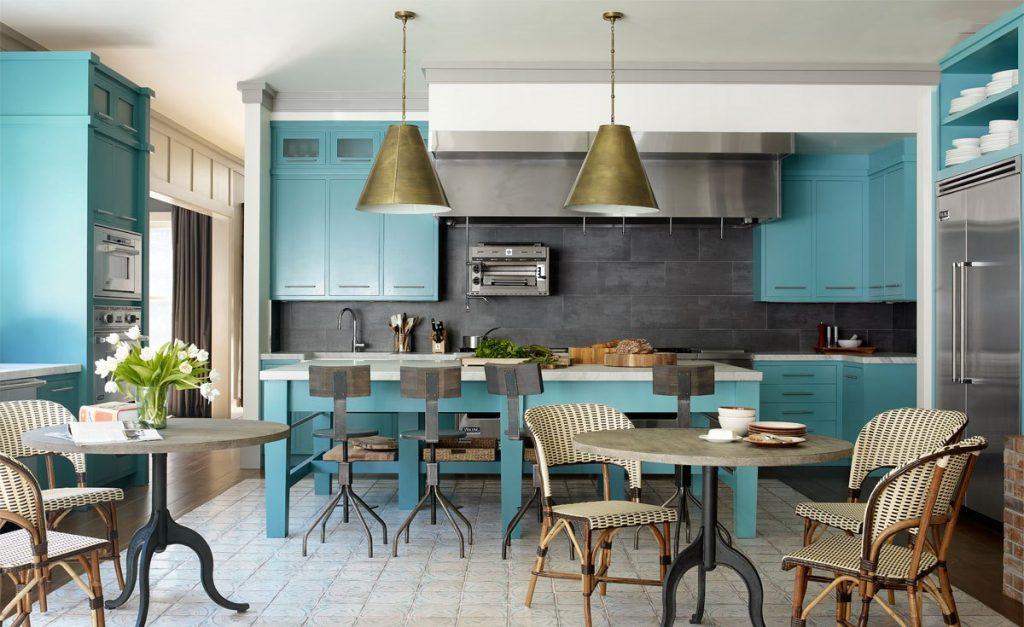 Бирюзовый кухонный остров отлично вписывается в общую атмосферу