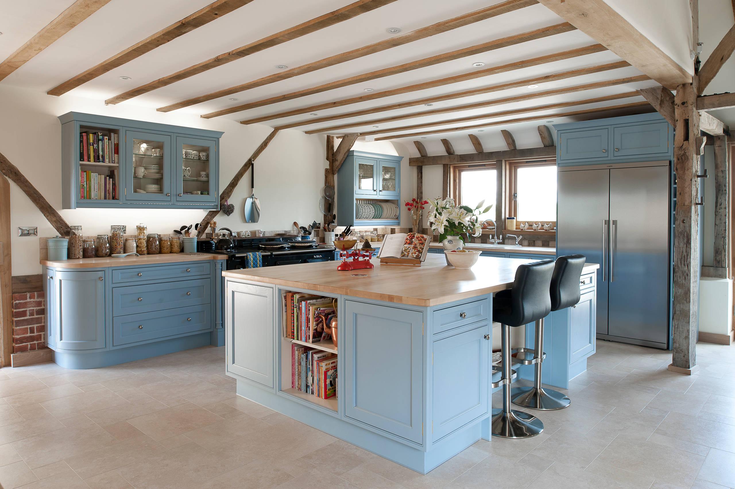 Голубая мебель с деревянными столешницами смотрится изысканно