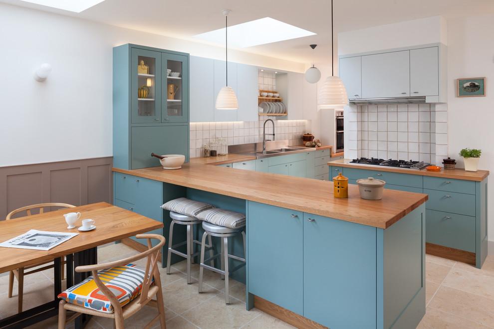 Современная бело-голубая кухня