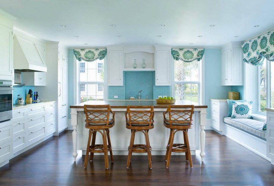Светлая просторная кухня, оформленная в классическом стиле