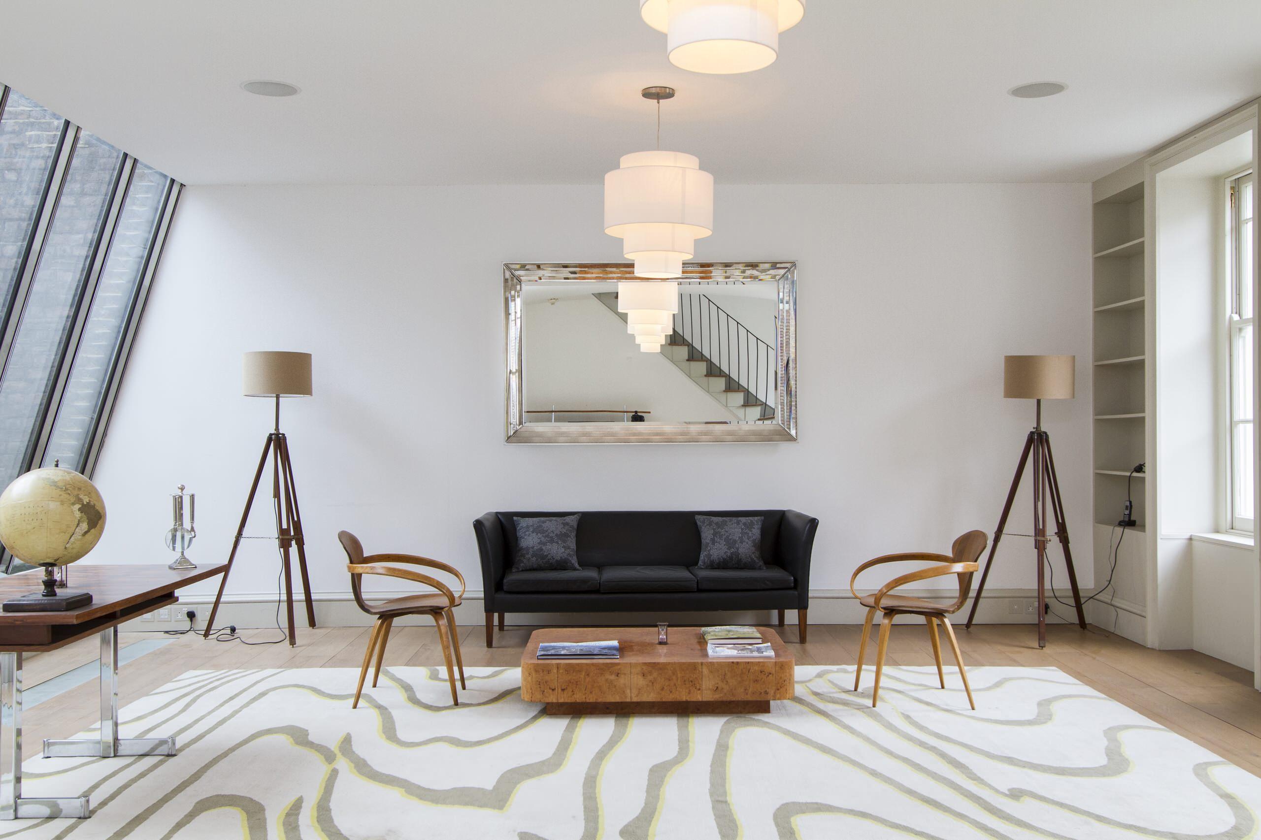 Гармоничный интерьер просторной гостиной в стиле современная классика